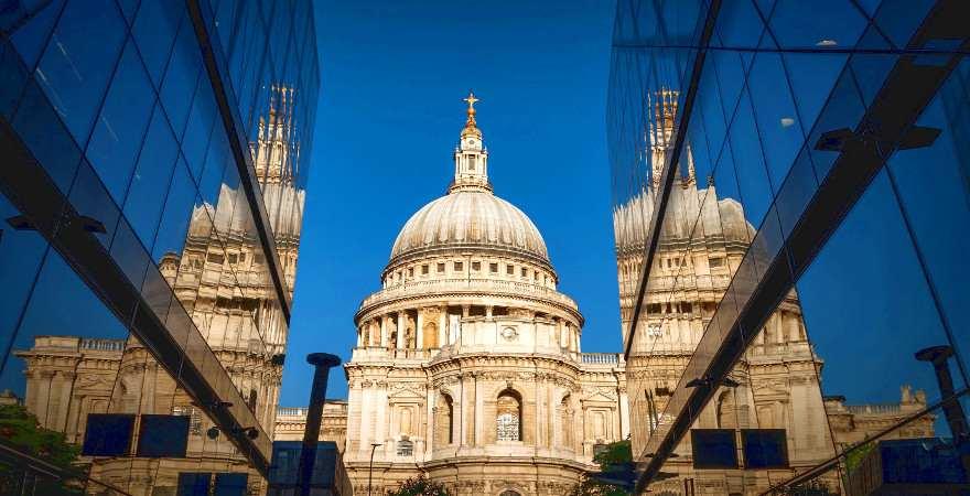 die kuppel der St. Pauls Cathedral spiegelt sich in Glasfassaden