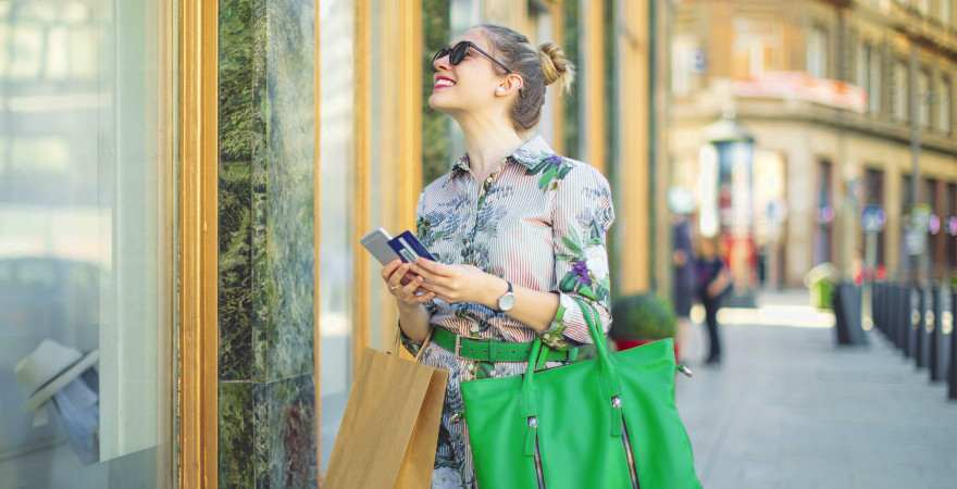 Eine Frau beim Shoppen in Rom