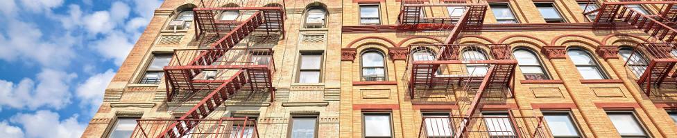Blick auf Wohnblock in der Bronx