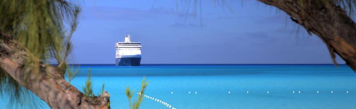 Kreuzfahrtschiff im karibischen Meer