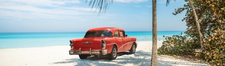Kuba Strand mit altem Cadillac